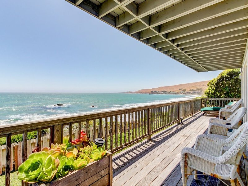 Watch for dolphins and whales from this oceanfront rental w/ fireplace & deck, alquiler de vacaciones en Cayucos