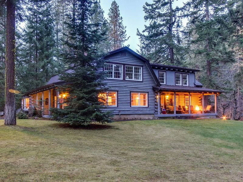 Gorgeous riverfront home & guesthouse w/ deck, hot tub, firepits & media room!, holiday rental in Trout Lake