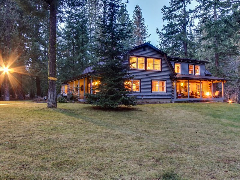 Upscale riverfront lodge w/ hot tub, firepits & game room - close to Mt. Adams!, holiday rental in Trout Lake