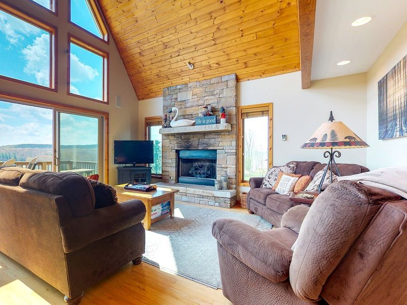 Large chalet w/hot tub, jetted tub, tennis, & golf - dogs OK, holiday rental in Swanton