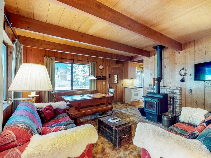 Dog-friendly and cozy cabin, close to Lake Tahoe activies!, location de vacances à Homewood