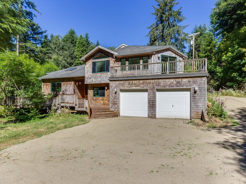 Luxury riverfront home w/ several acres, a hot tub & swimming holes - dogs OK!, holiday rental in Cloverdale