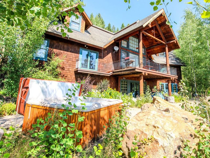 Spacious & secluded cabin - private hot tub, wood fireplace & more!, location de vacances à Lake Fork