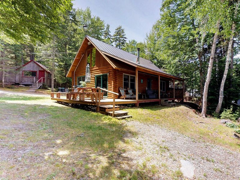 Dog-friendly lakefront log cabin w/ peaceful atmosphere, dock & boat launch!, holiday rental in Rockwood