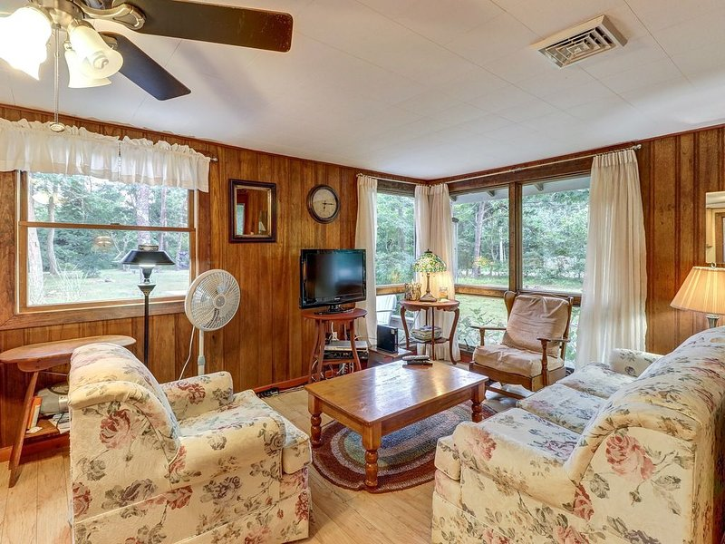 Comfy cabin w/ deck, firepit, and bike path access - walk to Nauset Light Beach!, Ferienwohnung in Eastham