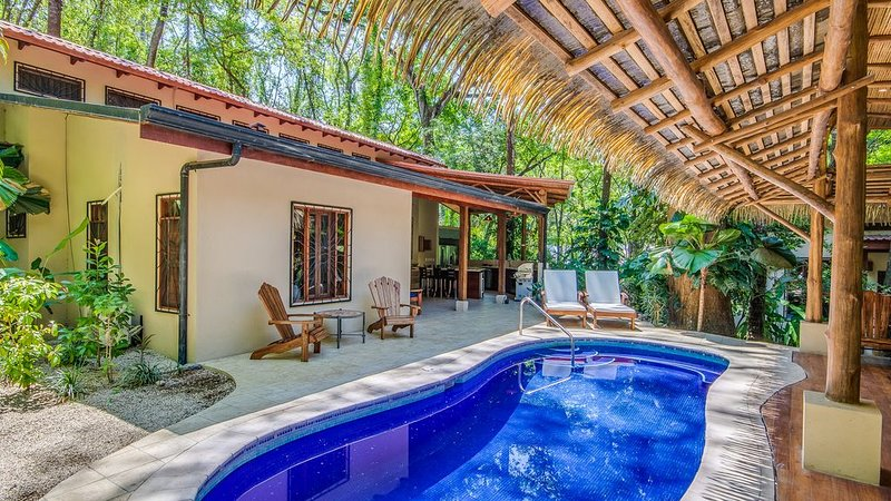 Family jungle yoga home w/ yoga deck, pool steps from Bodhi Tree and beach!, vacation rental in Nosara