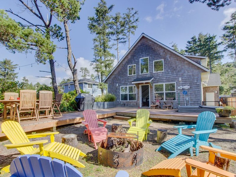 Modern, dog-friendly home - private hot tub, outdoor firepit, walk to beach!, location de vacances à Rockaway Beach
