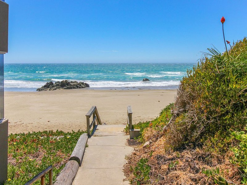 Oceanfront home w/ patio & picnic area - steps from beach, close to downtown!, alquiler de vacaciones en Cayucos
