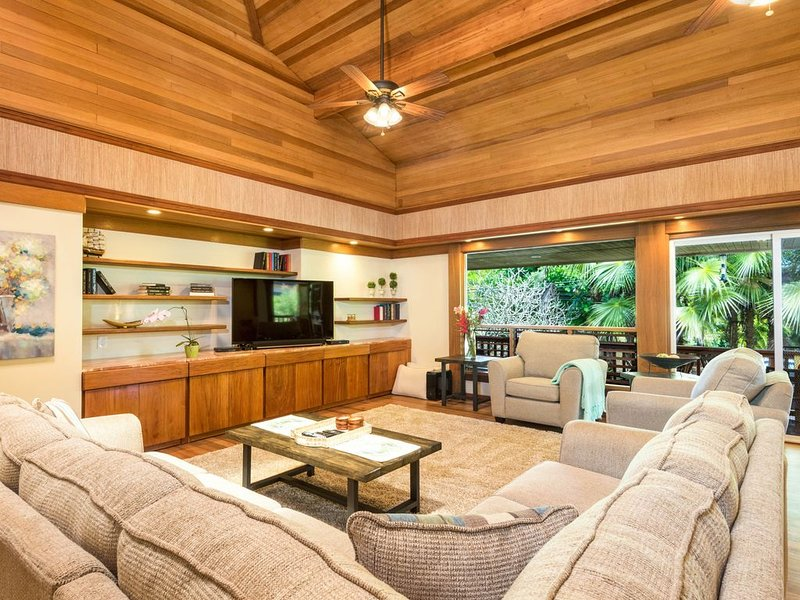 Spacious tropical getaway with lanais &  just steps from the ocean!, alquiler de vacaciones en Kilauea