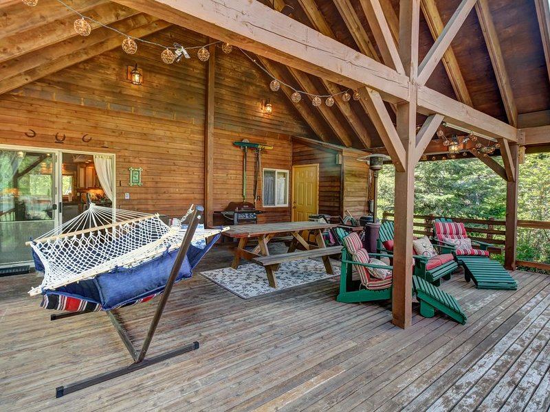 Vintage dog-friendly riverfront cabin w/covered deck-lake nearby!, holiday rental in Easton