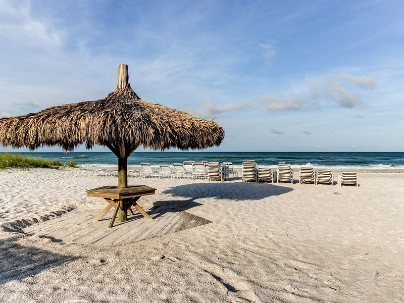Comfortable pet-friendly duplex, two block from the Gulf and near trolly stop, alquiler de vacaciones en Anna Maria