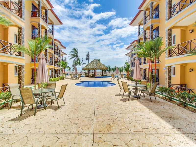 Two lovely oceanfront condos with shared pool, easy beach access, & more!, location de vacances à Jaco