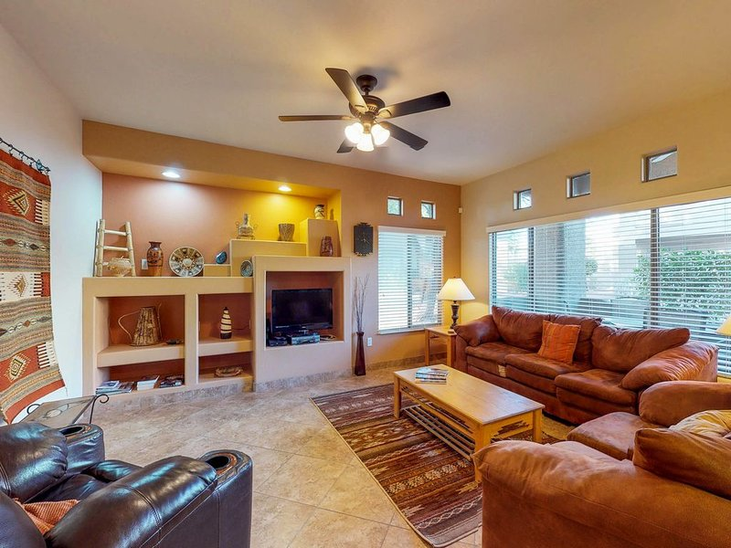 Updated first-floor condo near shared pool, hot tub, and BBQ area., location de vacances à Oro Valley