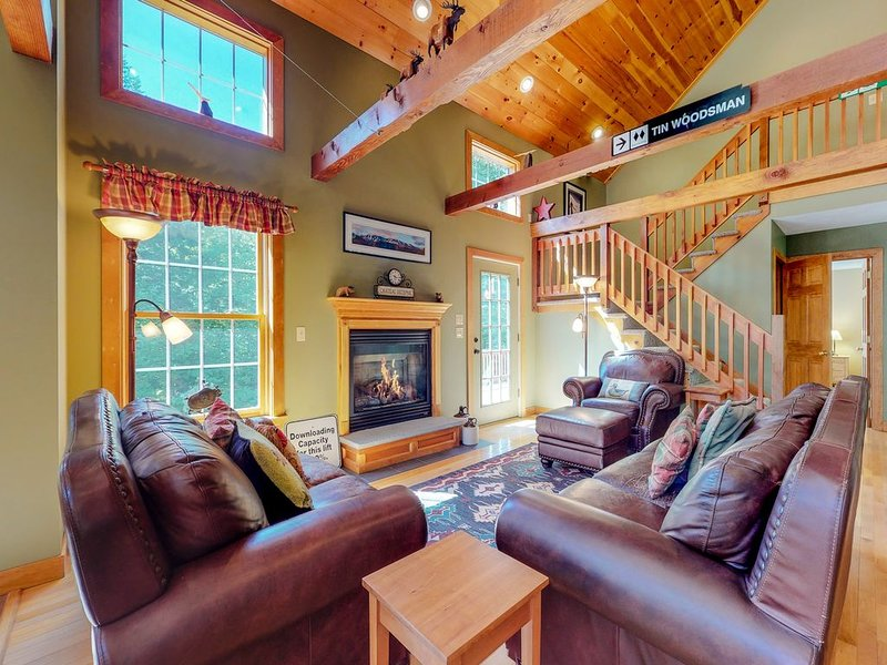 Dog-friendly home w/ outdoor fire & private hot tub - near skiing!, holiday rental in Bethel
