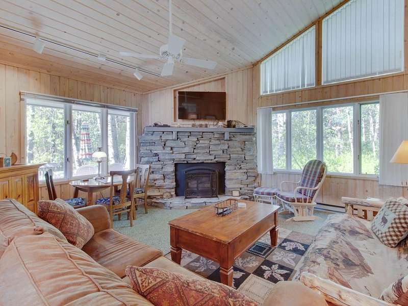 Spacious, woodsy cabin w/outdoor firepit-blocks from Payette Lake, holiday rental in New Meadows