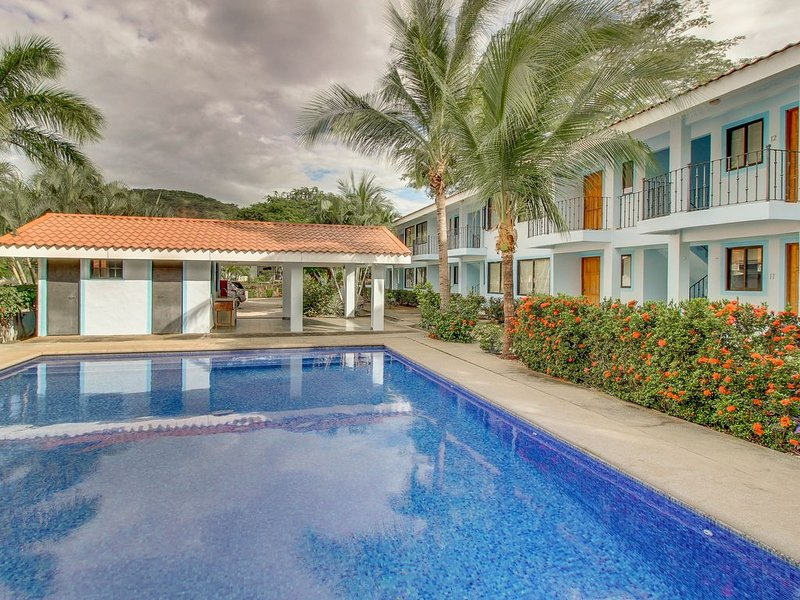 Recently remodeled condo with shared pool - walk to the beach and restaurants!, casa vacanza a Playas del Coco