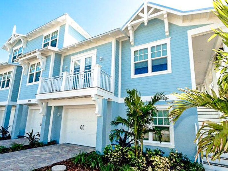 Newly built home w/ heated private pool only a few blocks away from Gulf beaches, holiday rental in Holmes Beach