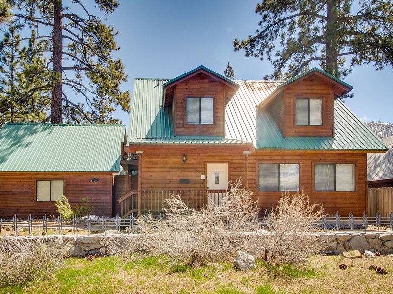 Charming alpine cabin w/prime location close to Stateline, skiing, & the lake, holiday rental in South Lake Tahoe