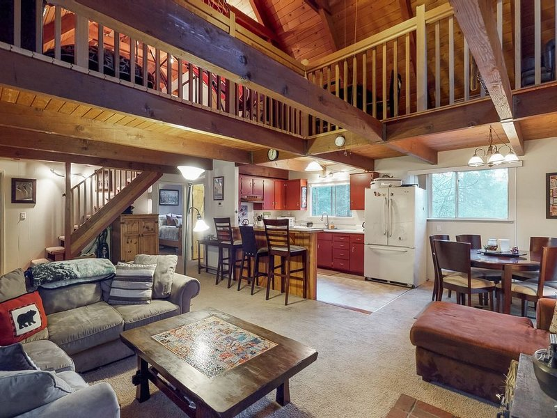 Quiet mountain cabin with shared pool access - close to lake and skiing, holiday rental in Barton