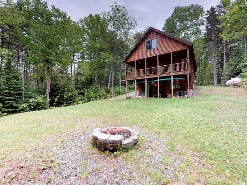 Dog-friendly log cabin with gorgeous lake views near beach & snowmobile trails!, aluguéis de temporada em Kokadjo