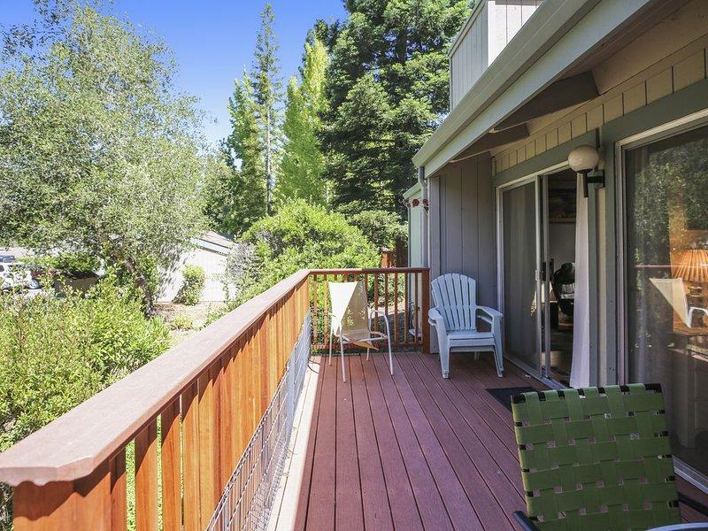 New listing! Mountain view townhome w/deck & shared pool - Big Basin Redwoods, alquiler de vacaciones en Ben Lomond