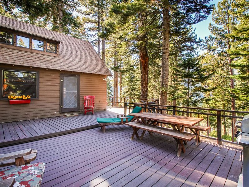 Cherry Leaf Lodge - dog-friendly escape w/ lake views & lake access!, alquiler de vacaciones en Fallen Leaf