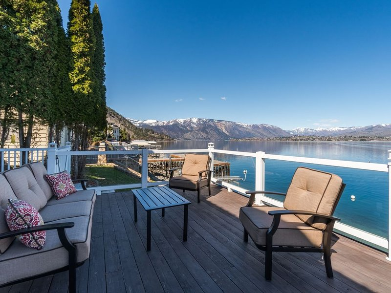 Lovely remodeled LAKEFRONT home with dock & view offers endless chances for fun!, aluguéis de temporada em Chelan