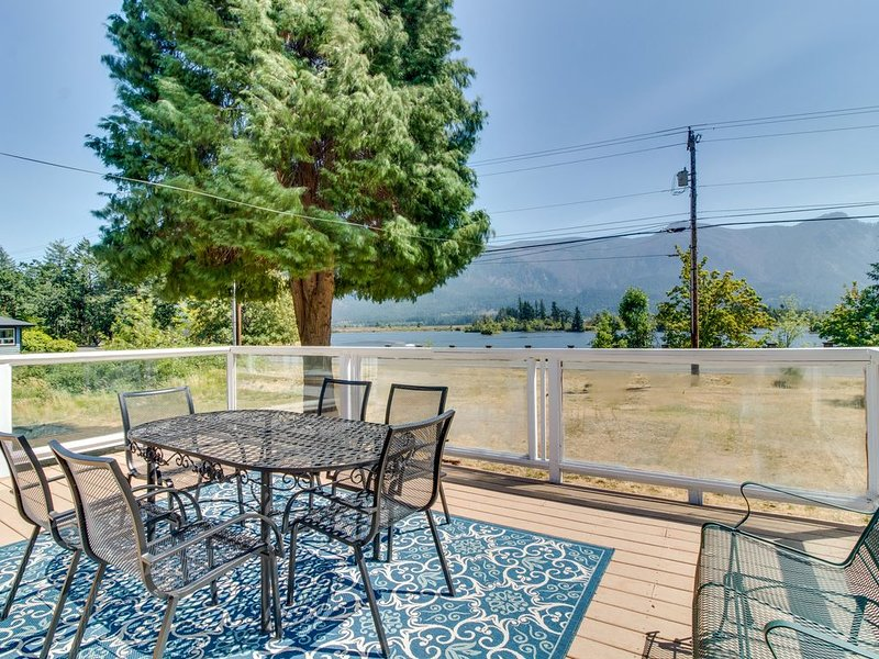 Charming waterfront home w/ hot tub - across from Rock Cove!, alquiler vacacional en Home Valley