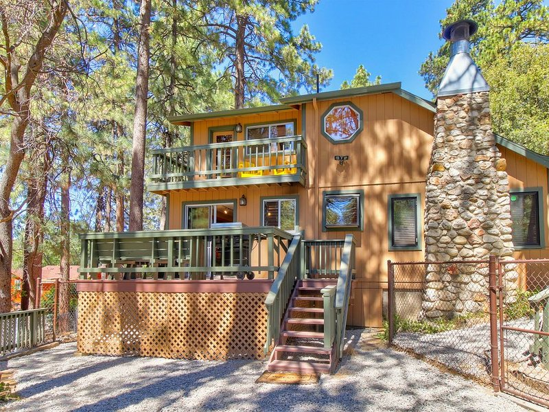 Rustic home with upgraded amenities, fenced yard, and two decks!, alquiler de vacaciones en Idyllwild