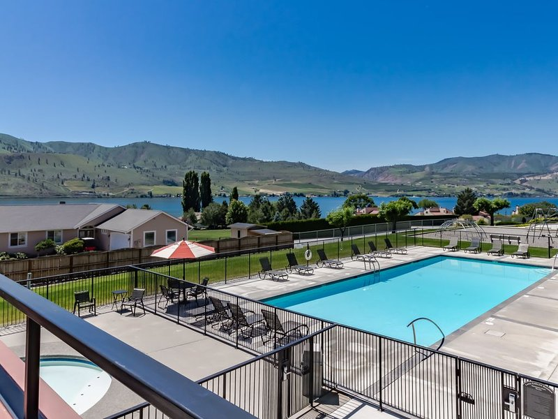 Bright, waterfront condo with lake & mountain views, shared pools & hot tubs!, location de vacances à Pateros
