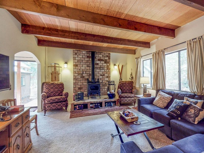 Comfortable home in the woods w/ mtn views, easy access to town, lake, & slopes!, holiday rental in Norden