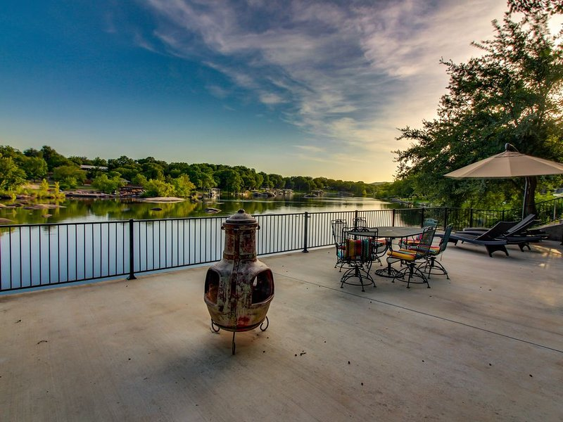 Dog-friendly riverfront home w/outdoor space -kayaks available, alquiler vacacional en Burnet