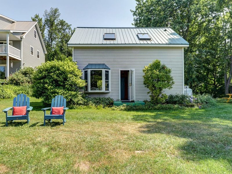 Cozy cottage on Lake Champlain w/kayaks, foosball table, & views!, location de vacances à Milton