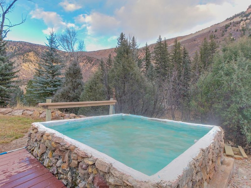 Riverside cabin with shared hot tubs, nearby skiing, fishing, and much more!, vacation rental in Redstone