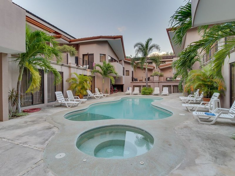 Spacious condo with shared pools, tennis, and more - walk to the beach!, vacation rental in Playas del Coco