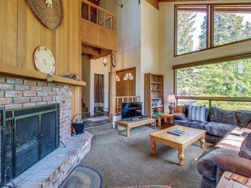 Lodge-style home w/ lake views & gourmet kitchen, close to beaches and skiing, alquiler vacacional en Tahoe Vista