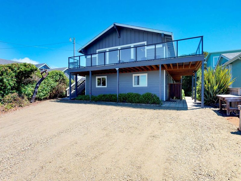 Family-friendly house w/ ocean view & private hot tub - walk to beach, dogs OK!, vacation rental in Gleneden Beach