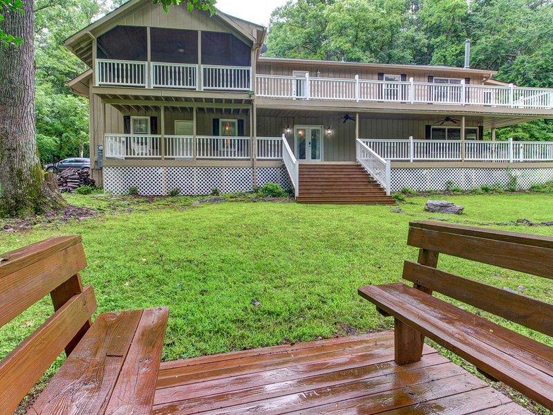 Secluded cabin w/ forest views, large backyard, and balcony!, aluguéis de temporada em Dahlonega