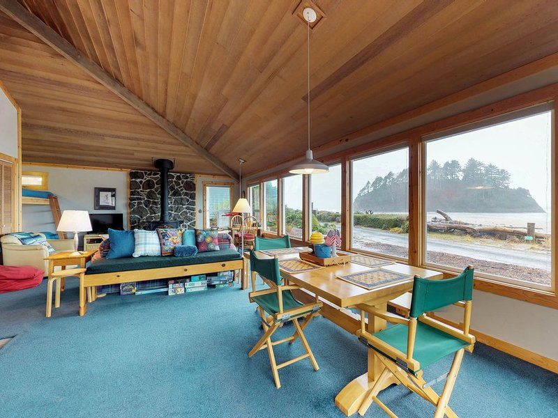 Oceanfront house with Proposal Rock views & rustic decor - walk to the beach!, alquiler de vacaciones en Neskowin