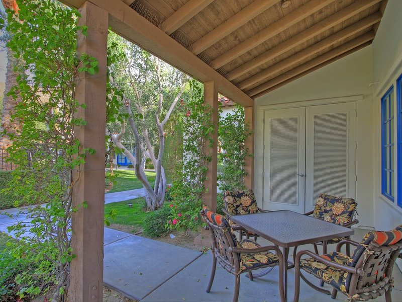 A Single Story Two Bedroom Legacy Villa Just Steps from a Pool and Hot Tub, holiday rental in La Quinta