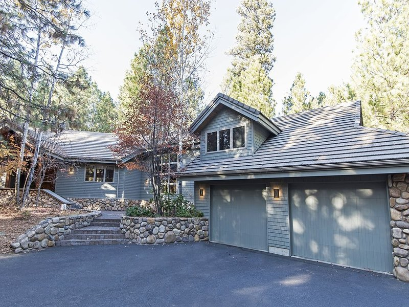 GM#299 Exceptional, Large Four Bedroom Home on Glaze Meadow #12 Fairway, holiday rental in Black Butte Ranch