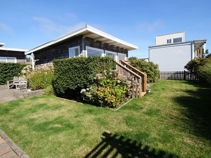 Beautiful & dog-friendly cottage w/ ocean views, walk to the beach!, holiday rental in Pacific Beach