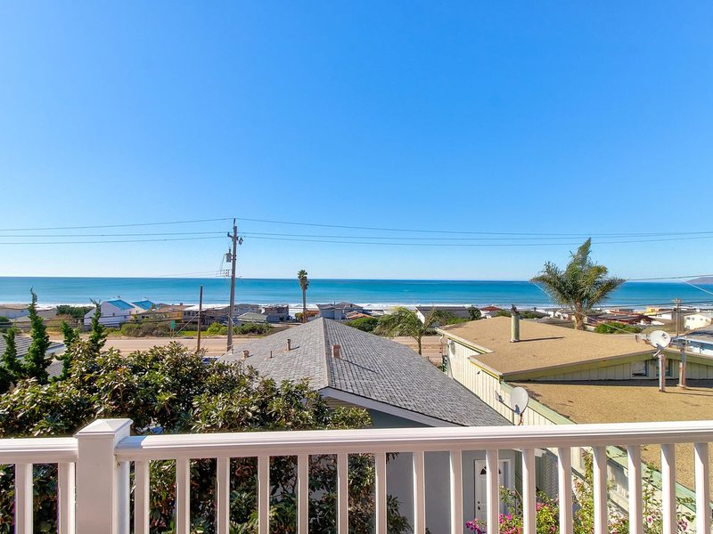Charming, two-story home with deck, barbecue, and ocean views!, alquiler de vacaciones en Cayucos