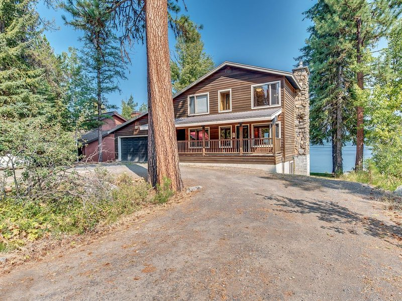 Large lakefront cabin with water views, private hot tub and dedicated dock!, holiday rental in McCall
