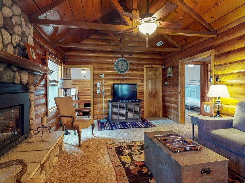 Cozy, dog-friendly home w/kitchen & furnished deck-near lake/skiing, alquiler de vacaciones en Big Bear City