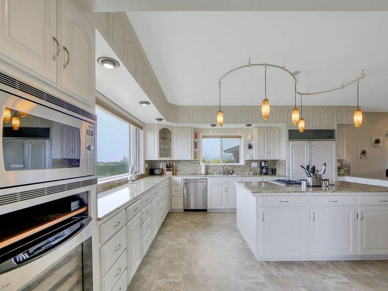 Luxurious home w/ game room, private hot tub, & ocean views!, location de vacances à Fort Bragg