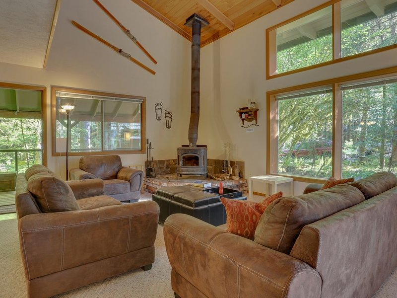 Cabin w/large deck, shared pools/tennis, hot tub, by river & skiing - 2 dogs OK!, vacation rental in North Bonneville