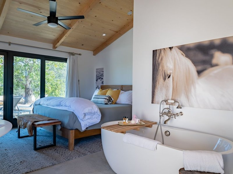 Cocavin Carriage House--Exquisite Retreat for Two  in Vineyard Setting, casa vacanza a Paso Robles