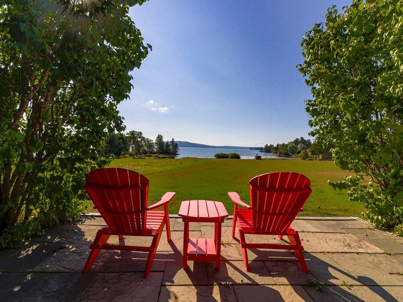 Cozy cabin in spectacular lakefront location - enjoy the view & bring the dog!, holiday rental in Kokadjo