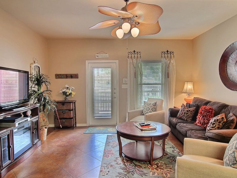 Palm Bay townhouse w/shared pool, patio, close to Schlitterbahn & beach- dogs ok, vacation rental in Corpus Christi